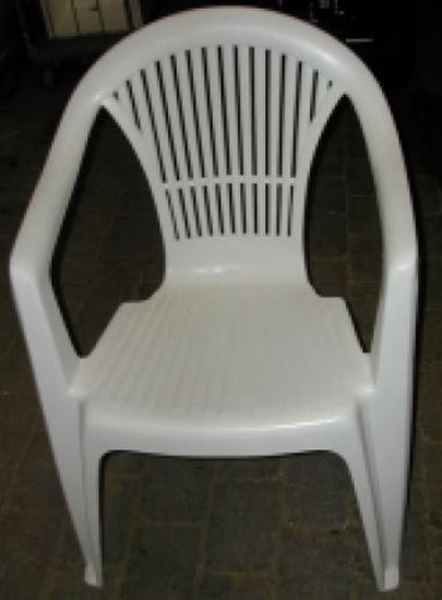 Billede af 30 plaststole og 5 rektangulære plastborde
